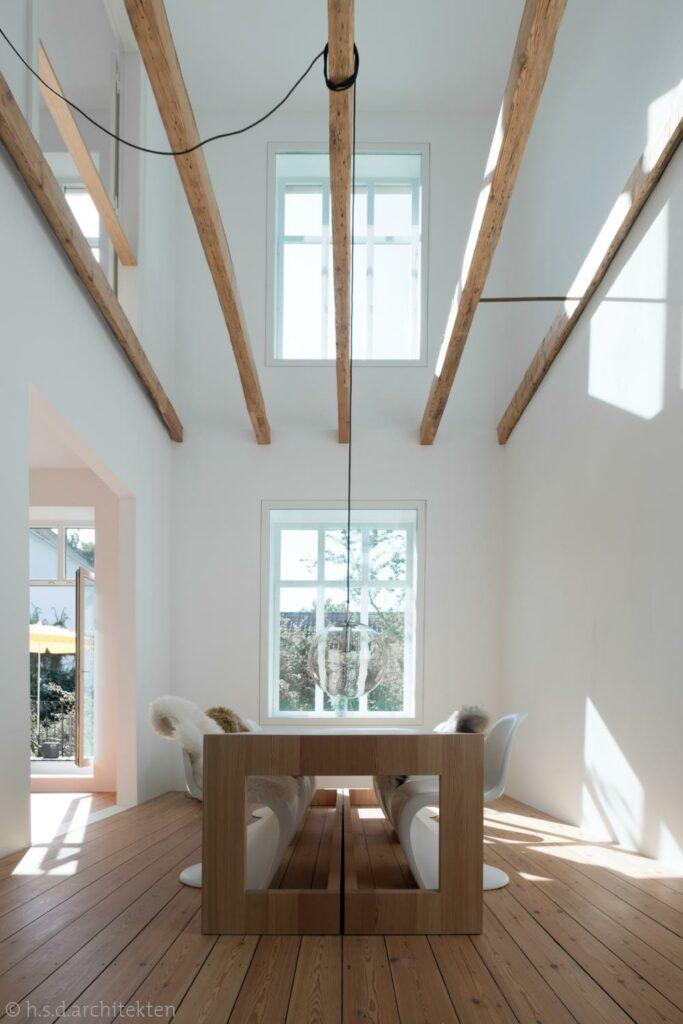 Lichtdurchfluteter Essbereich mit Holz-Elementen